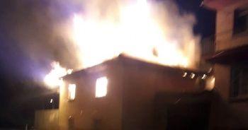 Denizli'de yangın! 2 katlı ev küle döndü