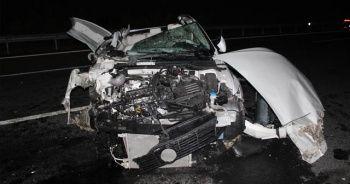 Emniyet şeridindeki kamyona otomobil çarptı: 2 yaralı