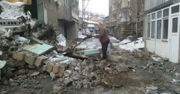 Kar yağışına dayanamayan toprak ev çöktü