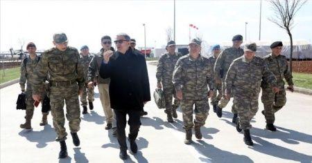Bakan Akar Suriye sınırındaki birlikleri denetledi