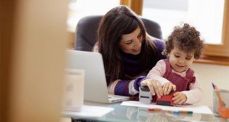 Türkiye'de 1,5 milyon kadın, hem çalışıyor hem de çocuklarına bakıyor