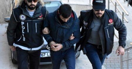 Uyuşturucuyu sarımsaklarla bantlamışlar: 2 gözaltı