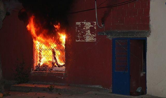 Alkollü şahıs önce evini yaktı sonra içeriden çıkmadı