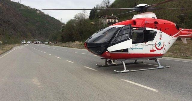 Ambulans helikopter trafik kazası sonrası yaralıyı karayoluna inerek aldı