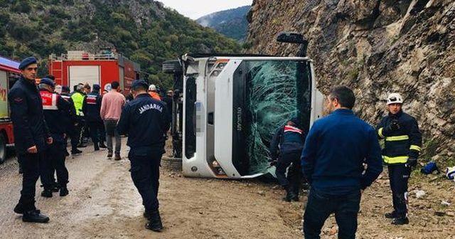 Antalya'da midibüs devrildi! 2 ölü 15 yaralı