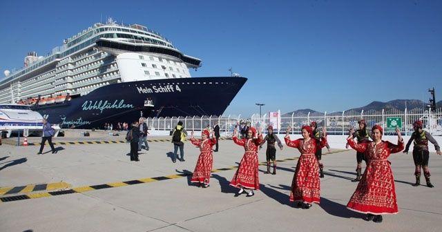 Bodrum'da 13 katlı dev yolcu gemisine folklor ekibi ile karşılama ile ilgili görsel sonucu