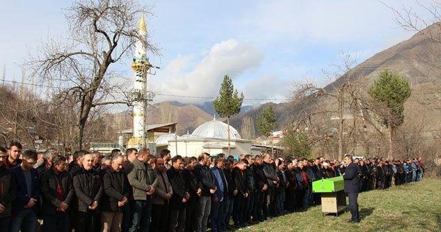 Cenaze cemaati köye sığmadı