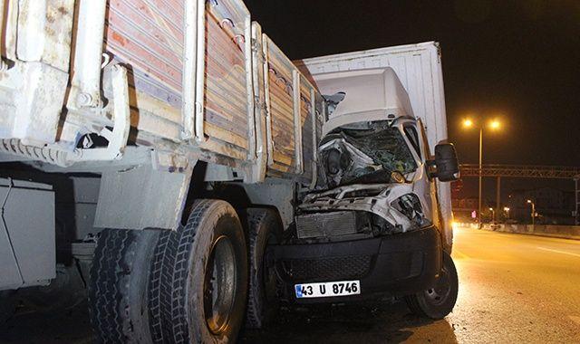 D100'de kamyonet, arızalanan kamyona arkadan çarptı: 2 yaralı