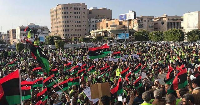 Libyalılar Hafter'in saldırısına karşı sokağa çıktı