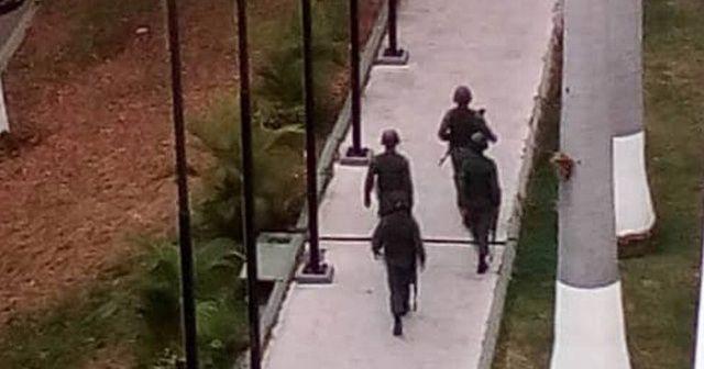Maduro karşıtı askerler ve siviller sokakta