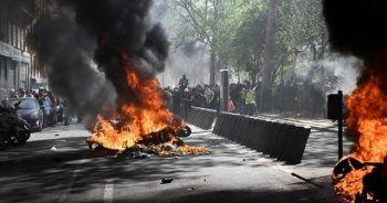 Paris alev-alev yanıyor
