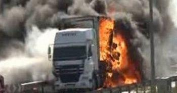 TEM Otoyolu'nda, seyir halindeki karton yüklü TIR yandı
