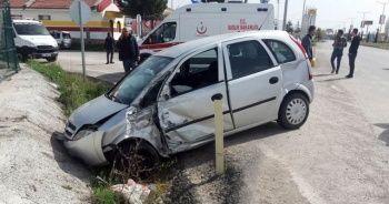 Tur otobüsü otomobille çarpıştı: 2 yaralı