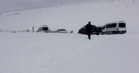 Nemrut Dağı'nda mahsur kalan turistler iş makineleriyle taşındı