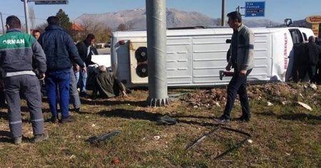 Yolcu midibüsüyle otomobil çarpıştı: 2'si ağır 17 yaralı