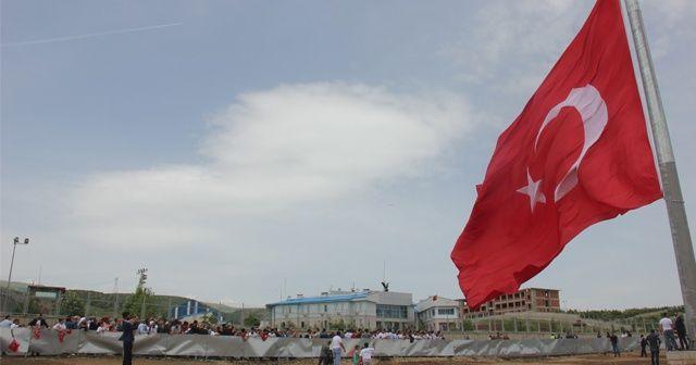350 metrelik bayrak göndere çekildi