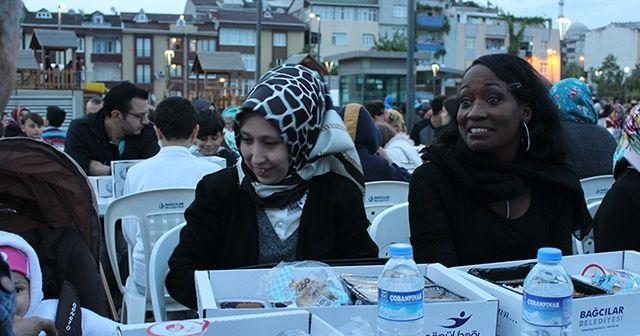 ABD'li Şarkıcı Della Miles, Türkiye'deki ilk iftarını Bağcılar'da açtı
