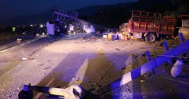 Akaryakıt tankeri ile arı kovanı yüklü kamyonet çarpıştı: 1 ölü, 5 yaralı