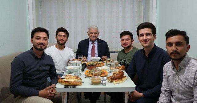 Binali Yıldırım, öğrencilerle birlikte iftar yaptı