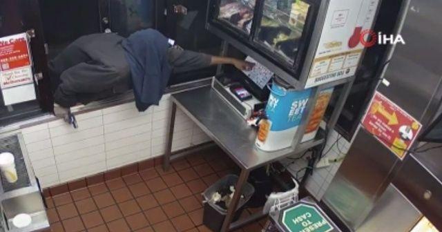 Çalışanlar kaçınca soyguncu kasayı açamadı