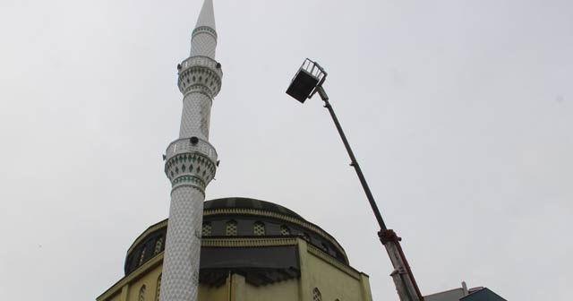 Cami minaresini boyarken vinçte mahsur kaldılar