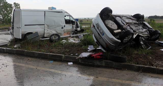 Tekirdağ'ın Saray ilçesinde meydana gelen trafik kazasında 2 kişi hayatını kaybederken, 2 kişi de yaralandı. Feci kaza saniye saniye güvenlik kameralarına yansıdı. ile ilgili görsel sonucu