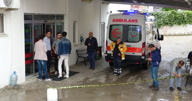 Hastane önünde beklerken silahlı saldırıya uğradı
