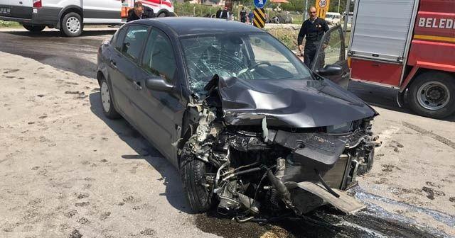 Otomobil kamyon ile çarpıştı: 5 yaralı
