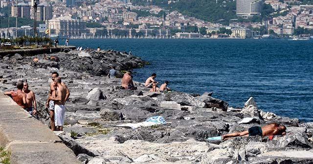 Sıcaktan bunalan vatandaşlar Fatih'te denize girdi