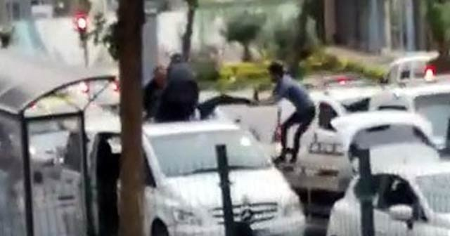 UBER sürücüsü aracını üzerine çıkarak, bağlamayın diye polise direndi
