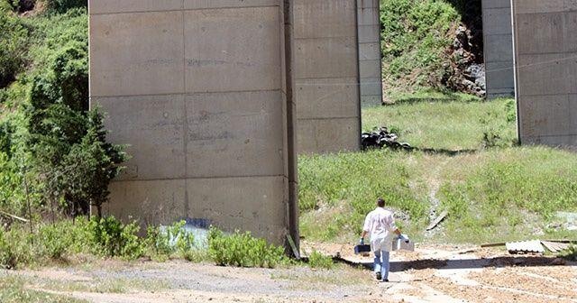 Viyadükten atladı, beton zemine çakıldı