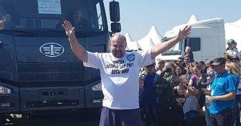 18 tonluk kamyonu iple çekti! Yeni dünya rekoruna imza attı
