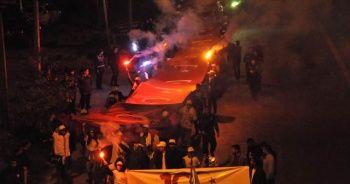 """Bitlis'te 300 metre Türk bayrağı ile """"Gençlik Yürüyüşü"""" yapıldı"""