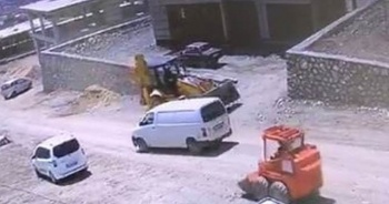 İş makinesi takla atarak şarampole yuvarlandı