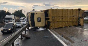 Yağış kazaları getirdi, çöp kamyonu devrildi