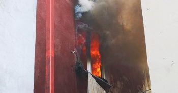 Yangında can pazarı: Çocuklarını battaniyeye atıp ikinci kattan atladı