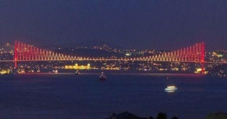 15 Temmuz Şehitler Köprüsü sarı-kırmızıya büründü