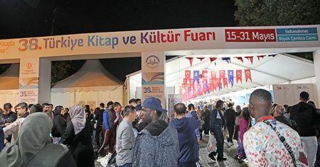 CHP adayının izin vermediği kitap fuarına İstanbullular akın ediyor