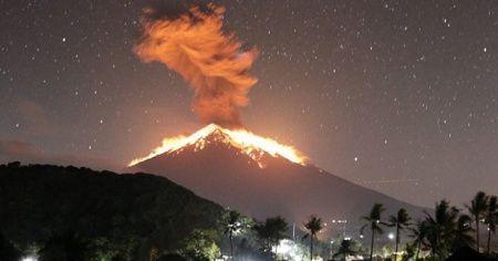 Endonezya'daki Agung Yanardağ'ı patladı
