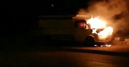 Erzincan'da kamyonet cayır cayır yandı