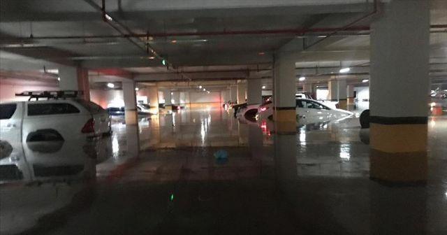 Başkentteki sağanakta plaza otoparkındaki 40 araç kullanılamaz hale geldi