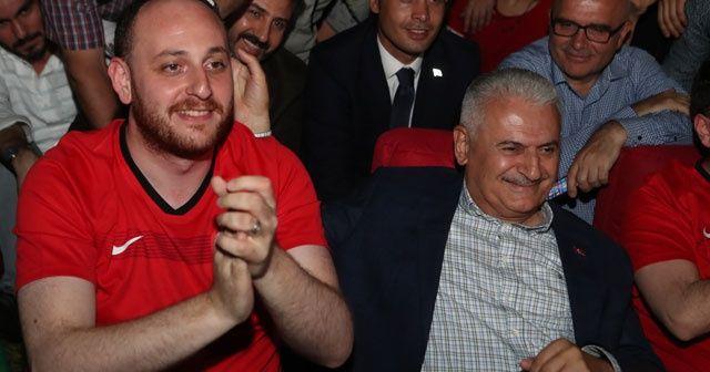 Binali Yıldırım, Türkiye-İzlanda maçını gençlerle birlikte izledi