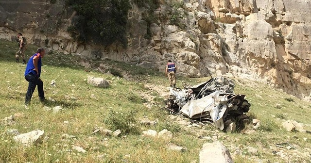 Fren yerine gaza bastı, uçuruma yuvarlanan araçtan atlayarak kurtuldu