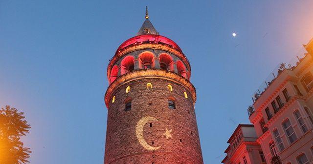 İstanbul'un tarihi simgeleri kırmızı beyaza büründü