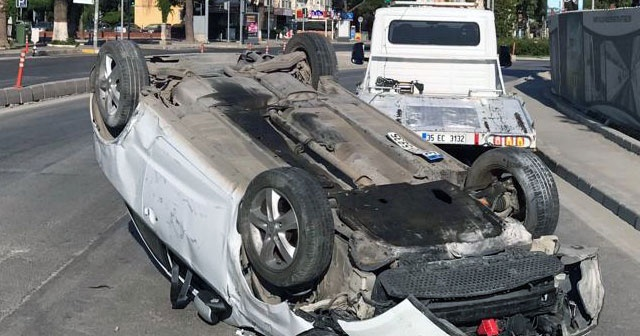 İzmir'de kontrolden çıkan otomobil takla attı
