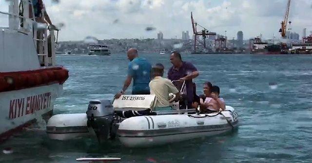 Kadıköy'de can pazarı: Alabora olan teknedeki 5 kişi denizde mahsur kaldı