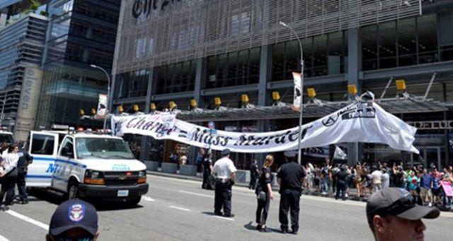 New York Times önündeki iklim protestosunda 70 gözaltı