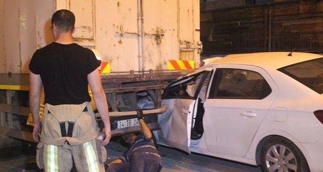 Otomobil park halindeki kamyonun altına girdi: 1 yaralı