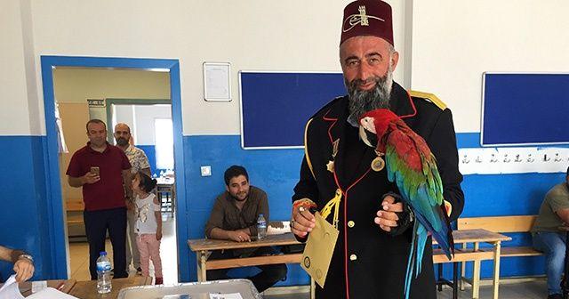 Papağanıyla oy vermeye gelen vatandaş ilgi odağı oldu