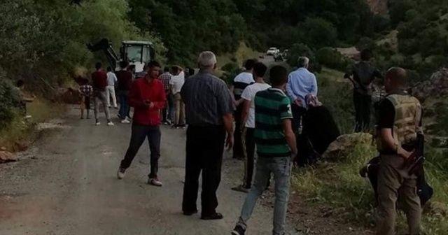 Siirt'te köy yolunda heyelan! Araçlar mahsur kaldı